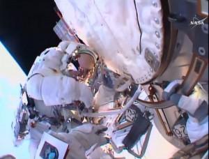 """ESA-Astronaut Tim Peake beim Außeneinsatz an der Internationalen Raustation ISS, aufgenommen mit Tim Kopras Helmkamera. <br/><small>Foto: <a href=""""http://www.esa.int/spaceinimages/Images/2016/01/Tim_Peake_spacewalk"""">NASA</a>"""