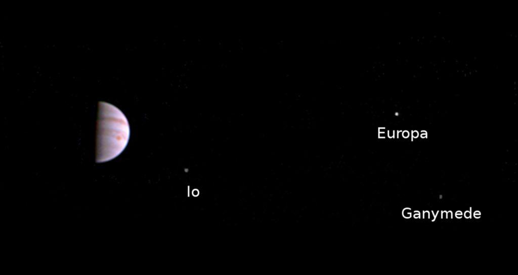 Jupiter, aufgenommen am 10 Juli 2016 von der Raumsonde Juno. Rechtes neben dem Gasriesen sind die Monde Io, Europa und Ganymed zu sehen.Credits: NASA/JPL-Caltech/SwRI/MSSS