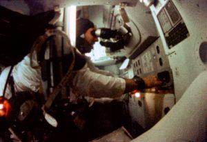 """Probe für die spätere Mondlandung: Astronaut Jim Lovell am """"Space Sextant"""" beim Flug von Apollo 8. Foto: NASA, public domain"""