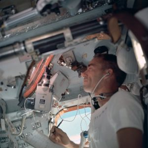 Astronaut Walter Cunningham arbeitet bei der Apollo-7-Mission am Space Sextant des Kommandomoduls.