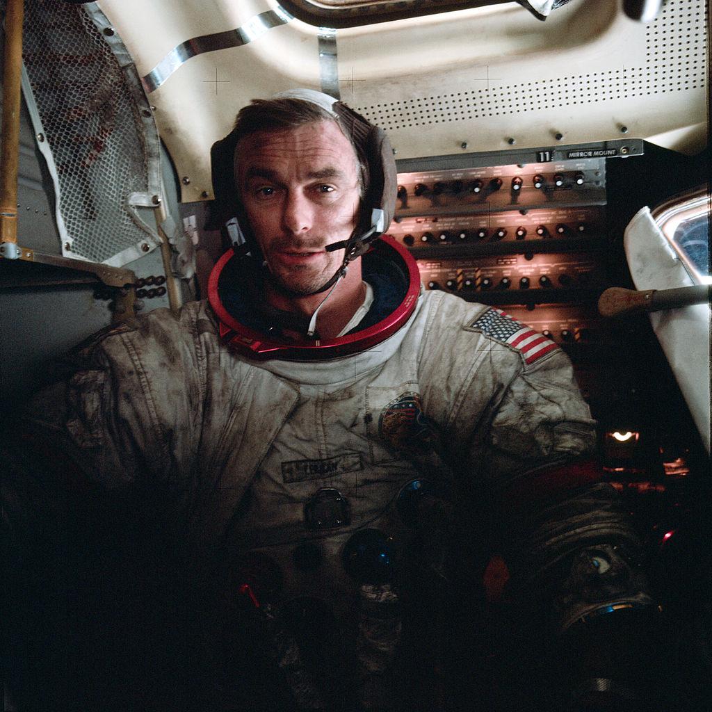 Apollo-17-Astronaut Eugene Cernan am 14. Dezember 1972 nach dem Verlassen der Mondoberfläche im Landemodul Challenger. Foto: NASA / Harrison Schmitt