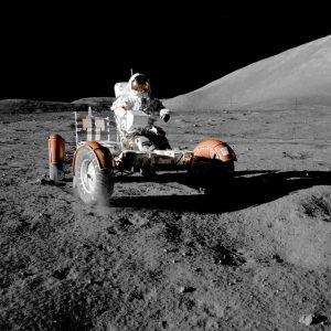 Eugene Cernan am 11. Dezemeber 1972 bei beim kurzen Check des Lunar Rover der Apollo-17-Mission.